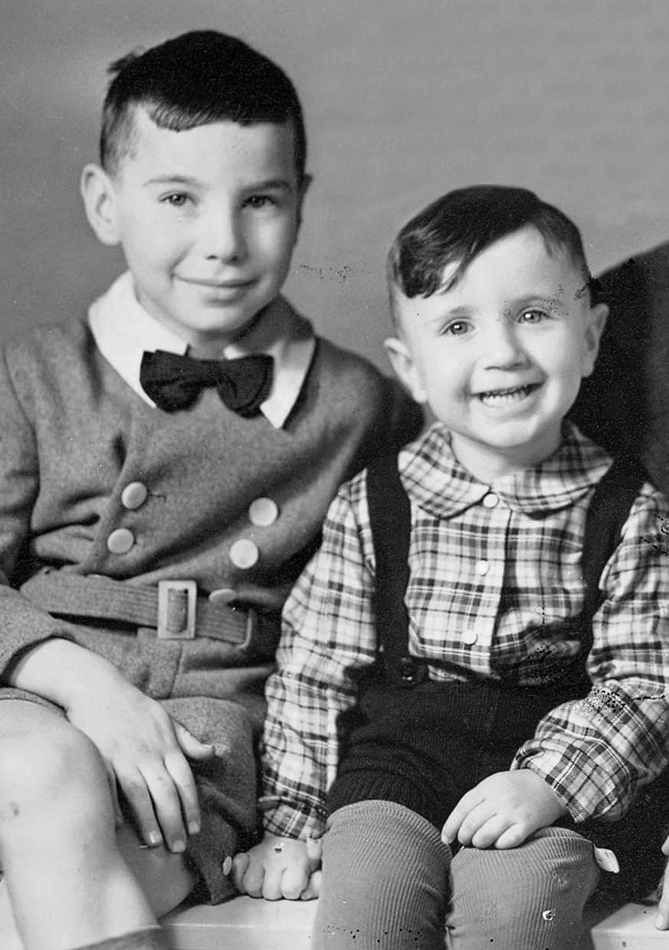 Brüder Hans-Fred (l.) und Günther Aron (r.), ca. 1939 (Foto: Yad Vashem, Rekonstruktion Chhay)
