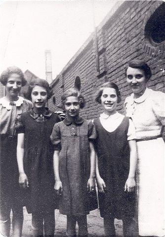 Ruth und Ilse Markus in der Mitte, links Gerda Schuster, rechts R. Eichenwald (Foto: Archiv Georg Möllers)