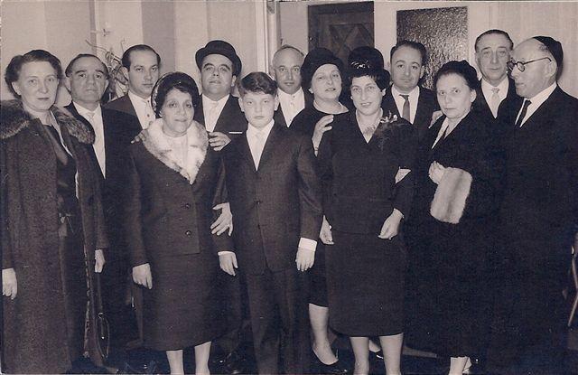 Neues jüdisches Leben: Bar-Mitzwa-Feier für Manfred de Vries (m.), zwischen Marhta de Vries (r.) und Minna Aron (l.), dahinter Rolf Aron und weitere Riga-Überlebende
