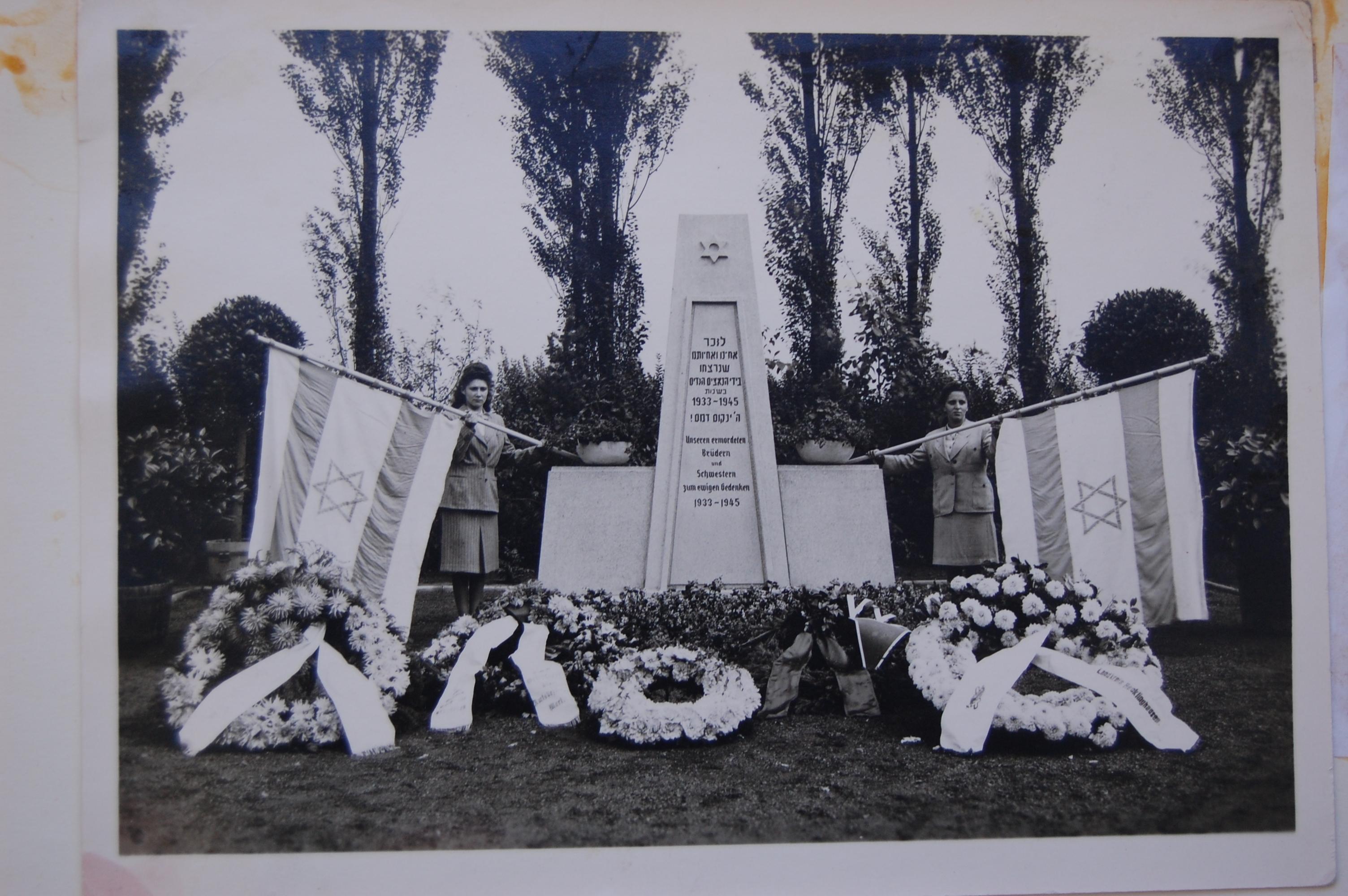 Irma Salomons (r.) und Ruth Eichenwald (l.) bei der Einweihung des Mahnmals auf dem Jüdischen Friedhof am Nordcharweg 1948 (Foto: Archiv Georg Möllers)