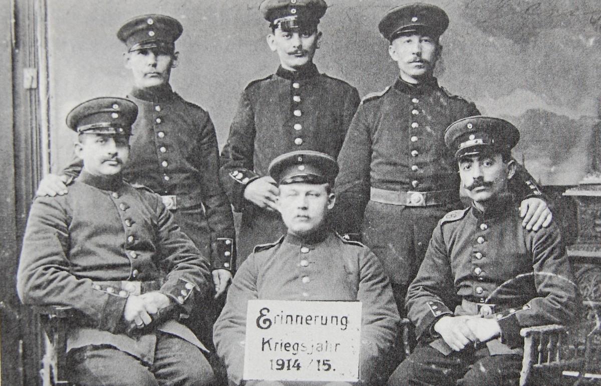 """Arthur Abrahamsohn (1.v.r.) im Ersten Weltkrieg (14.03.1915) zusammen mit fünf """"Marlschen Jungs"""" (Foto: Abrahamsohn)"""
