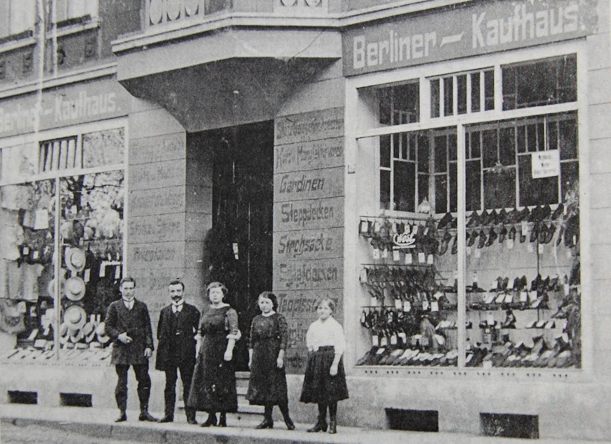 Arthur Abrahamsohn (2.v.l.) und Angestellte vor seinem Textilgeschäft in Marl vor dem Ersten Weltkrieg (Foto: Abrahamsohn)
