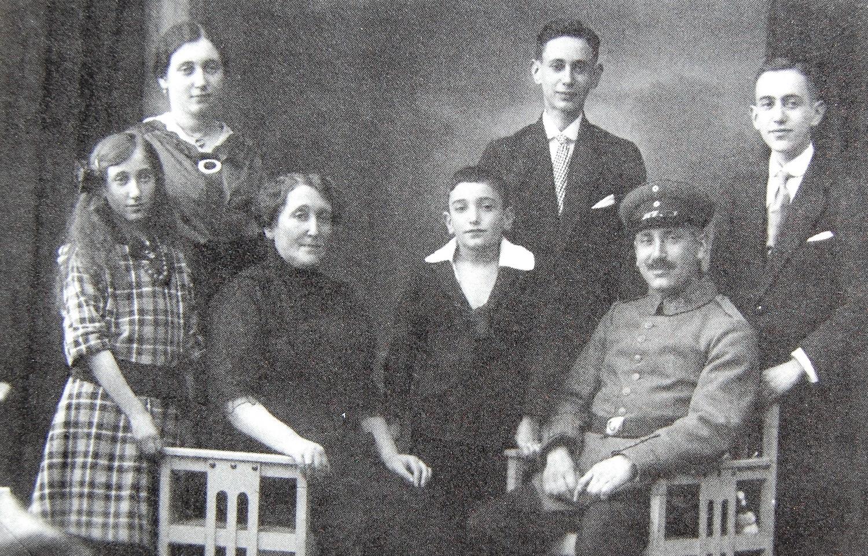 Familie Albert Rosenthal - Lina Seligmann (ca. 1918), v.l.n.r. Martha, Else, Lina, Fritz, Siegmund, Albert, Paul (Foto: Abrahamsohn)