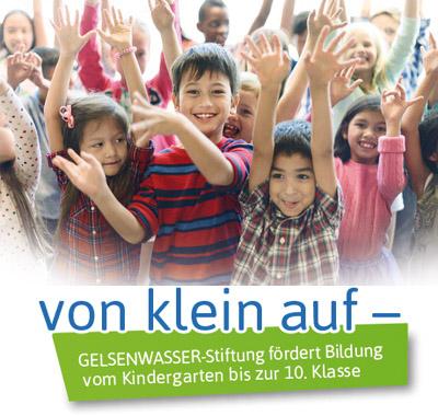"""Auf dem Bild: Kinder (Foto: © rawpixel.com) und Logo """"von klein auf"""" (© GELSENWASSER AG)"""