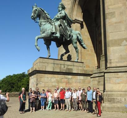 Auf dem Bild: Reisegruppe aus Cesson und Waltrop am Kaiser-Wilhem-Denkmal an der Hohensyburg; Foto: Privat