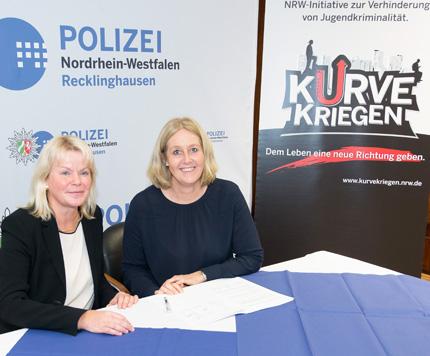 Auf dem Bild: Polizeipräsidentin Zurhausen und Bürgermeisterin Nicole Moenikes unterzeichnen die Kooperationsvereinbarung. Foto: Polizeipräsidium Recklinghausen.