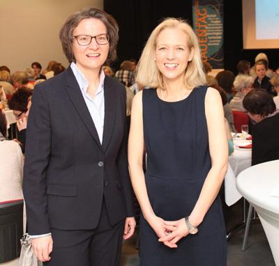 Auf dem Bild: MdL Ina Scharrenbach und Waltrops scheidende Gleichstellungsbeauftragte Sandra Hilse, Organisatorin des Frauenfrüstücks. Foto: Tamina Forytta, Waltroper Zeitung