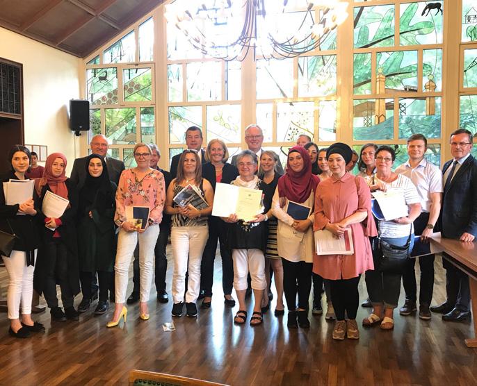 Auf dem Bild: Einbürgerungszeremonie in Waltrop, Bürgermeisterin Nicole Moenikes begrüßt Neubürger im Ratssaal. Foto: Stadt Waltrop
