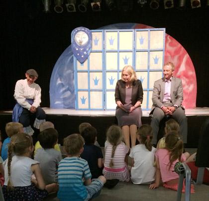 Auf dem Bild: FRiNGE Theater im Yahoo mit Bürgermeisterin Nicole Moenikes und innogy-Kommunalbetreuer Dirk Wißel. Foto: Patricia Neuhaus, Stadt Waltrop