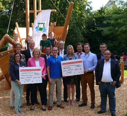 Auf dem Bild: Bürgermeisterin Nicole Moenikes mit den Initiatoren, Sponsoren und Spendenempfängern des SchleusenLAUFs