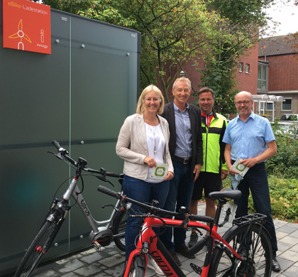 Auf dem Bild: Übergabe der Ladesäule an Bürgermeisterin Nicole Moenikes durch innogy-Kommunalbetreuer Dirk Wißel