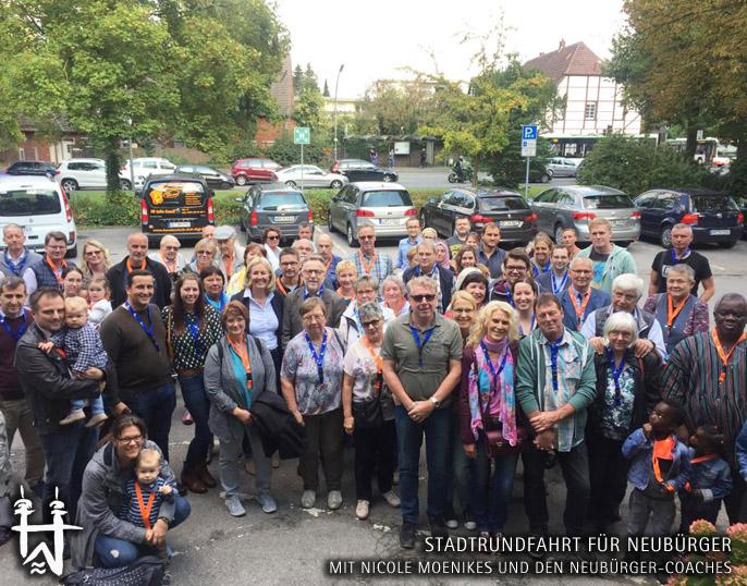 Auf dem Bild: Neubürgerfahrt 2018 mit Nicole Moenikes. Text im Bild: Stadtrundfahrt für Neubürger. Foto: Stadt Waltrop