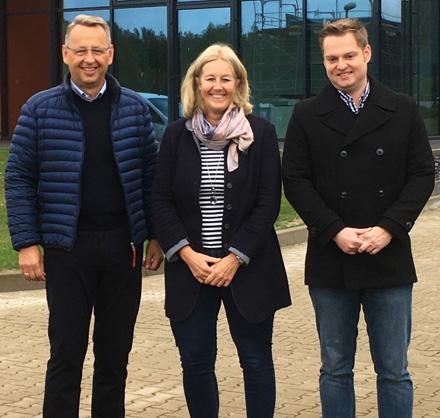 Auf dem Bild: Geschäftsführer der SLK Vertriebsgesellschaft mbH Oliver Otte,  Bürgermeisterin Nicole Moenikes, Betriebsleiter Dominik Huber