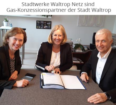 Bildunterschrift: (v.l.n.r.) Maria Allnoch, Regionalleiterin bei innogy SE,  Nicole Moenikes, Bürgermeisterin der Stadt Waltrop und Dr. Achim Grunenberg, Geschäftsführer der Stadtwerke Waltrop GmbH,  unterzeichneten die Verträge.