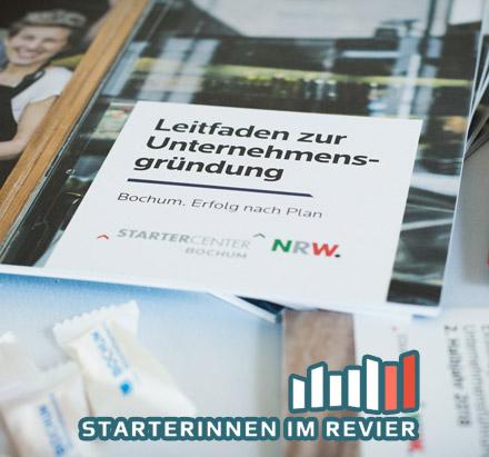 Auf dem Bild: Sticker und Broschüren. Quelle (Bild und Logo im Bild): https://www.starterinnenimrevier.de/impressionen.html