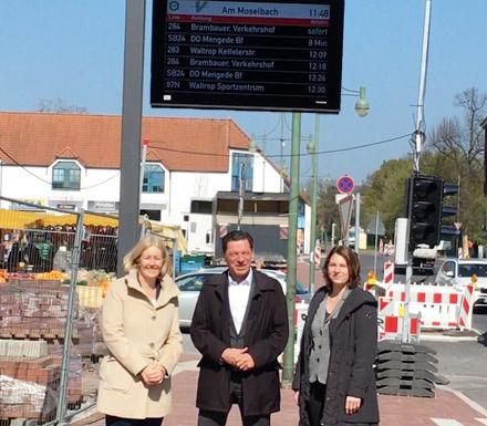 Auf dem Foto (v.l.n.r.): Bürgermeisterin Nicole Moenikes, Holger Becker (Betriebsdirektor der Vestischen Straßenbah-nen GmbH) und Julia Fries (Vestische Straßenbahnen GmbH)