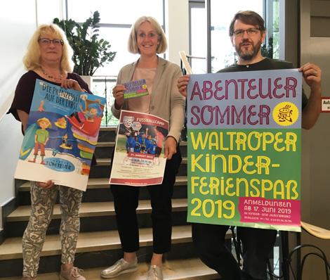 """Auf dem Bild (v.l.n.r.): Jutta Metz (Pädagogische Mitarbeiterin), Nicole Moenikes (Bürgermeisterin und Jochen Tiehmann (Stadtjugendpfleger) präsentieren das Programm für den """"Kinderferienspaß 2019"""". Foto: Stadt Waltrop"""