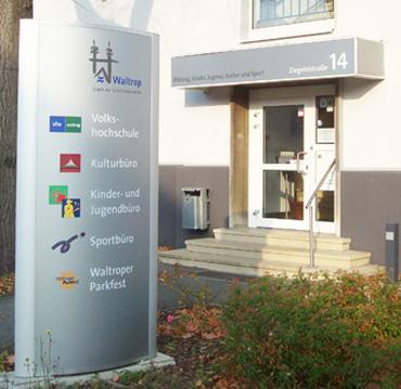 Auf dem Bild: Eingang zum Haus der Bildung und Kultur in der Ziegeleistraße 14. Foto: Stadt Waltrop