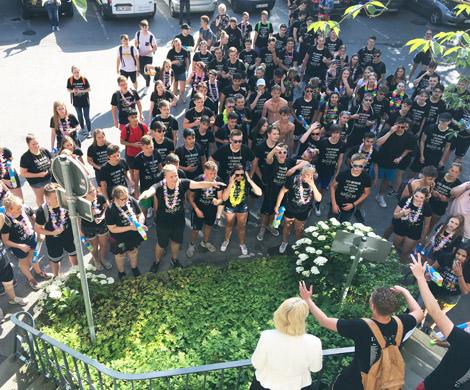 Auf dem Bild: Bürgermeisterin Moenikes empfängt die Abschlussklasse der Realschule vor dem Rathaus. Foto: © Stadt Waltrop