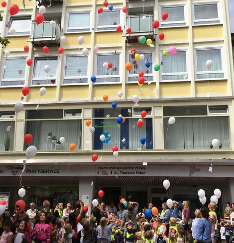 Auf dem Bild: 100 Jahre AWO - Kinder lassen Luftballons mit Postkarten aufsteigen. Foto. Stadt Waltrop