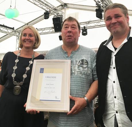 Auf dem Bild (v.l.n.r.): Bürgermeisterin Nicole Moenikes, Bürger des Jahres Detlef Pourie, Laudator Jörg Buxel. Foto: Stadt Waltrop