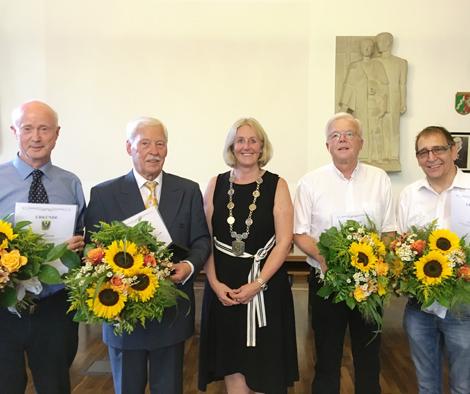Auf dem Bild (v.l.n.r.): Theo Hemmerde, Dr. Jens Jordan, Bürgermeisterin Nicole Moenikes, Klaus Beie und Axel Heimsath. Foto: Stadt Waltrop