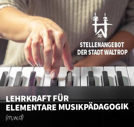 Auf dem Bild: Musikerin spielt Piano. Schrift im Bild: Stellenangebot der Stadt Waltrop, Lehrkraft für Elementare Musikpädagogik (m/w/d).