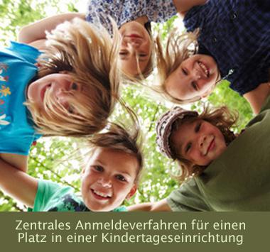 Auf dem Bild: Kindergarten-Kinder. Schrift im Bild: Zentrales Anmeldeverfahren für einen Platz in einer Kindertageseinrichtung. Foto: (c) fotolia.com