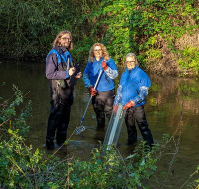 Auf dem Bild: Dr. Thomas Korte, Simone Pigage-Göhler und Sylvia Mählmann vom Lippeverband bei der Probennahme am Gewässer. Foto: Klaus Baumers, EGLV