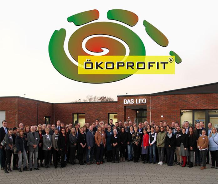 Auf dem Bild: Bürgermeisterin Nicole Moenikes mit den Vertreterinnen und Vertretern der diesjährigen Teilnehmer von ÖKOPROFIT und den Gratulanten aus Landesregierung und Stadtverwaltungen.