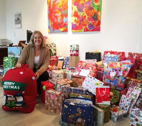 Auf dem Bild: Nicole Moenikes mit gesammelten Wunschbaum-Geschenken in ihrem Büro. Das Bild zeigt nur einen Teil der insgesamt 305 Geschenke. Foto: Stadt Waltrop