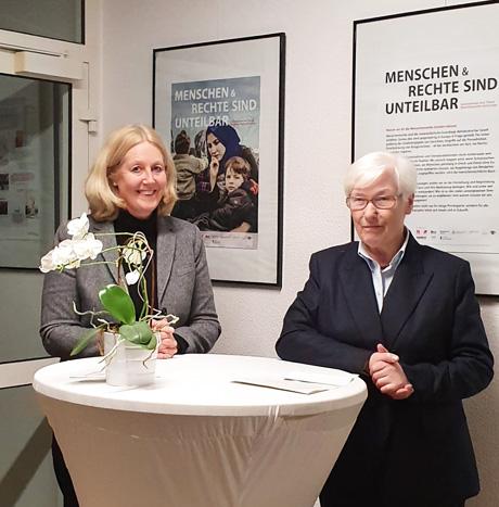 Auf dem Bild (v.l.n.r.): Bürgermeisterin Nicole Moeinkes und Dr. Irmgard Schwaetzer bei der Eröffnung der Pro Asyl-Ausstellung im Rathaus Altbau. Foto: © Stadt Waltrop