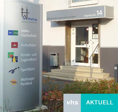 """Auf dem Bild: Eingang zur VHS im Haus der Bildung und Kultur in der Ziegleistraße 14. Text im Bild: """"VHS - Aktuell"""". Foto: Stadt Waltrop"""