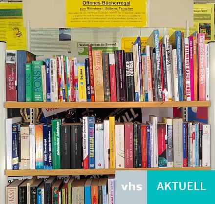 Auf dem Bild: Offenes Bücherregal am Haus der Bildung und Kultur. Schrift im Bild: VHS Aktuell. Foto: VHS Waltrop.