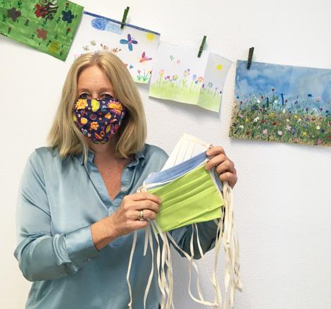 Auf dem Bild: Bürgermeisterin Nicole Moenikes mit waschbaren MNS-Masken. Foto: Stadt Waltrop