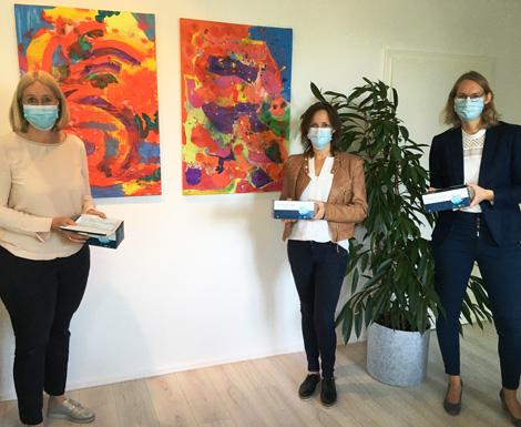 Auf dem Bild (v.l.n.r.): Bürgermeisterin Nicole Moenikes, Lydia Schmitt und Silke Schmitt von der Firma MedproD. Foto: Stadt Waltrop
