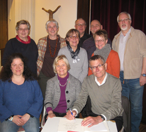 Jörg Armbruster (65) trägt sich ins goldene Buch der Stadt Waltrop ein
