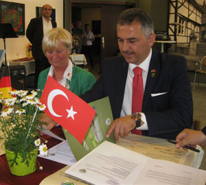 Auf dem Bild: Göreles Bürgermeister Ertugul Melikoglu und Waltrops Bürgermeisterin Anne Heck-Guthe